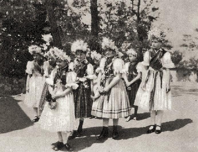 Pünkösdölő-lányok-Maconka-Nógrád-m.-1930-as-évek-Magyar-Néprajzi-Lexikon
