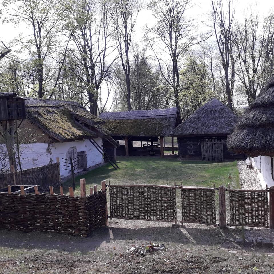 új kerítéssel palóc ház