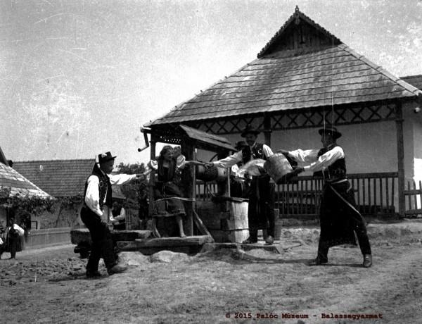 Húsvéti öntözködés. Hollókő, 1934. Fényes Dezső felvétele.
