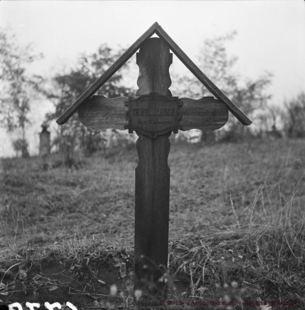 Sírkereszt. Becske, 1965. Zólyomi József felvétele.