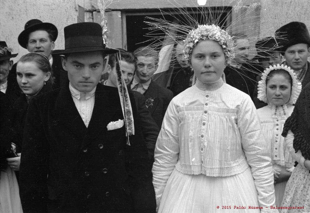Völegény és menyasszony a templom előtt. Vanyarc, 1957. Manga János felvétele.